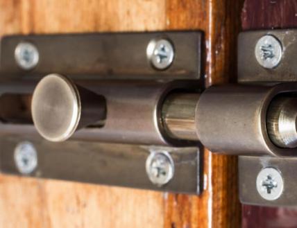 Выбор дверного накладного шпингалета
